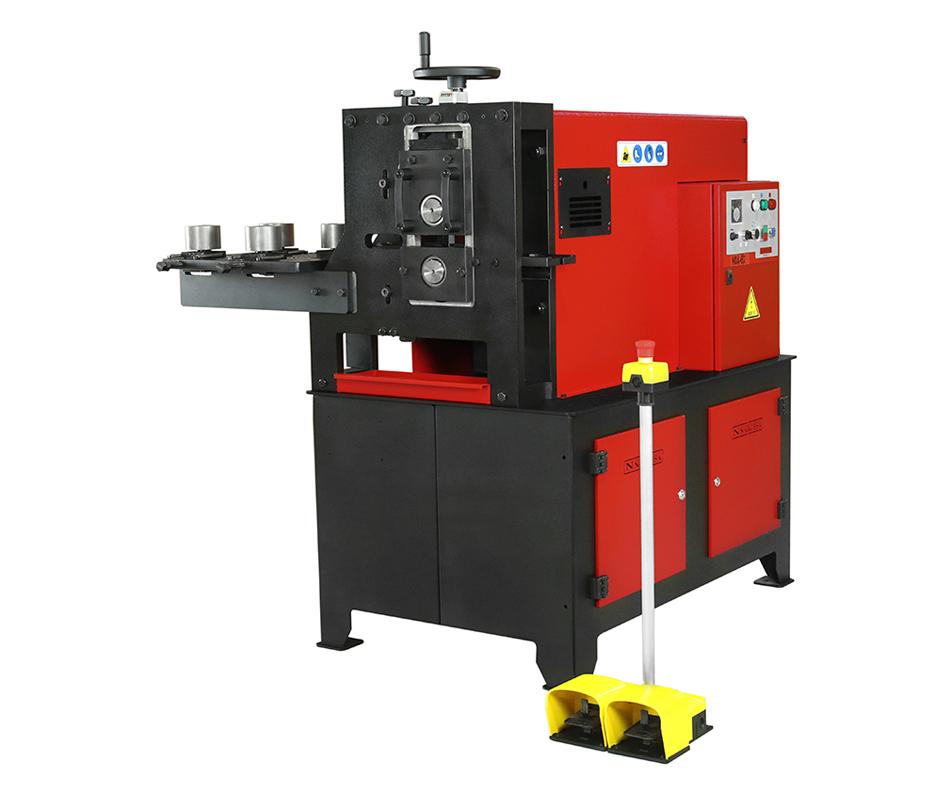 La machine à gaufrer NOA60 modèle le fer à froid pour imprimer en relief différents motifs, sur des profilés plats, massifs ou des tubes carrés.